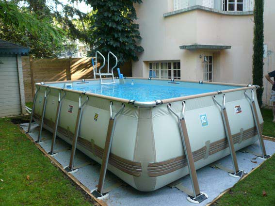 Construction piscine hors sol besan on 25 castor bleu for Piscine teck semi enterree